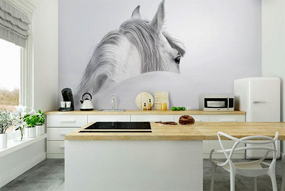 moderne küchengestaltung weißer küche mit kochinsel holz, betonboden, retro kühlschrank weiß und tierwandtapete in schwarzweiß