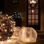 garten und eingang weihnachtlich dekorieren mit diy EIs-Laternen, gartenkugel und hecken mit weihnachtsleuchten