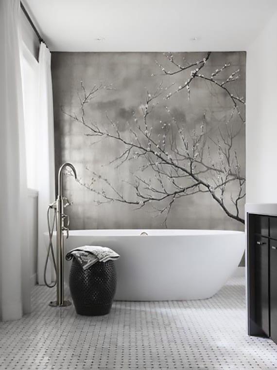 badezimmer modern und minimalistisch gestalten mit fototapete in grau, freistehende badewane weiß vor fenster mit weißen gardinen, marokkanischer hocker schwarz, waschtisch schwarz, bodenbelag mosaik weiß