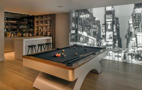 moderner spielraum zuhause einrichten mit Bar, Billardtisch und indirekt beleuchter fototapete