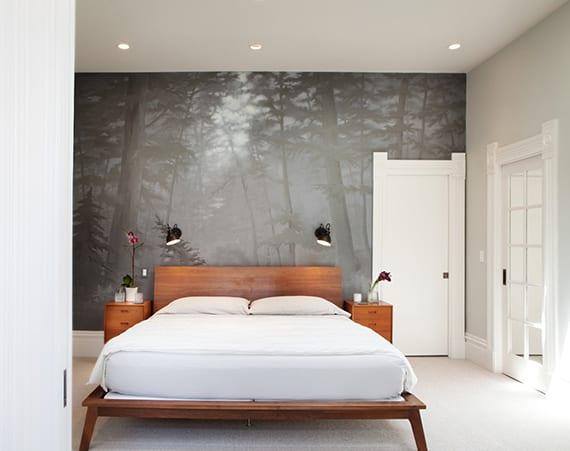 schickes schlafzimmer interieur design mit holzbett, wandfarbe hellgrau, weißen türen, wandtapete wald, wandlampen schwarz
