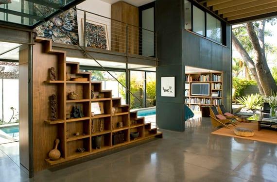 wohnzimmer mit mezzanine, aufgesattelte innentreppe holz, panoramafenster, grauen wänden und deckengestaltung mit holzbalken im luxus haus mit pool