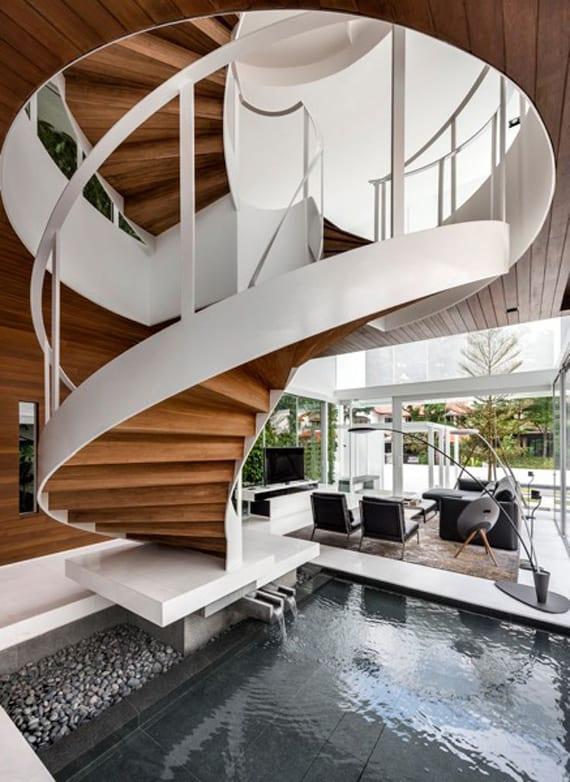 luxus wohnzimmer mit teichbecken, wendeltreppe holz, designer stehlampe, seats and sofa schwarz, panoramafenster mit weißen fensterrahmen