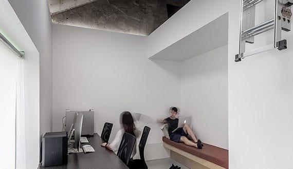 altes haus mit satelldach aus beton renovieren und transformieren in b ro mit modernem interiuer. Black Bedroom Furniture Sets. Home Design Ideas