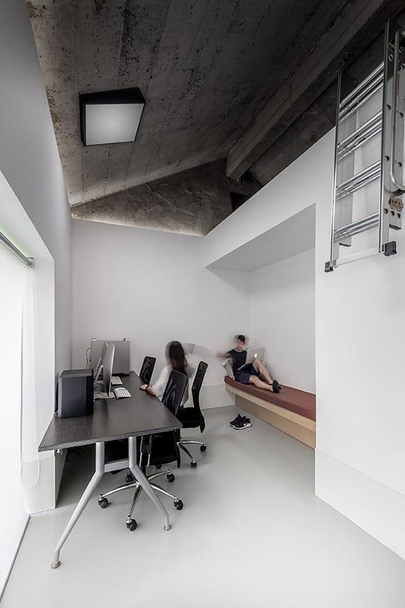 kleine büroräume modern gestalten mit bürotisch holz vor panomafenster mit fensterrollo weiß, holzbank in wandnische,dachschräge beton