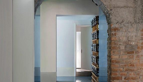 altes haus renovieren und kreativ neu gestalten mit wei en w nden und alten ziegelmauern ohne. Black Bedroom Furniture Sets. Home Design Ideas