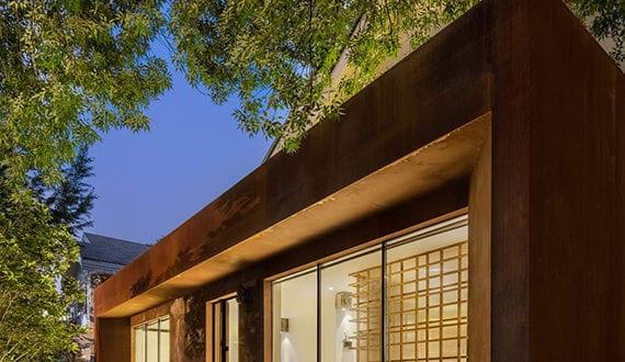 altes haus renovieren und umbauen mit modernem eingang aus verrostetem stahl und glasfassade. Black Bedroom Furniture Sets. Home Design Ideas