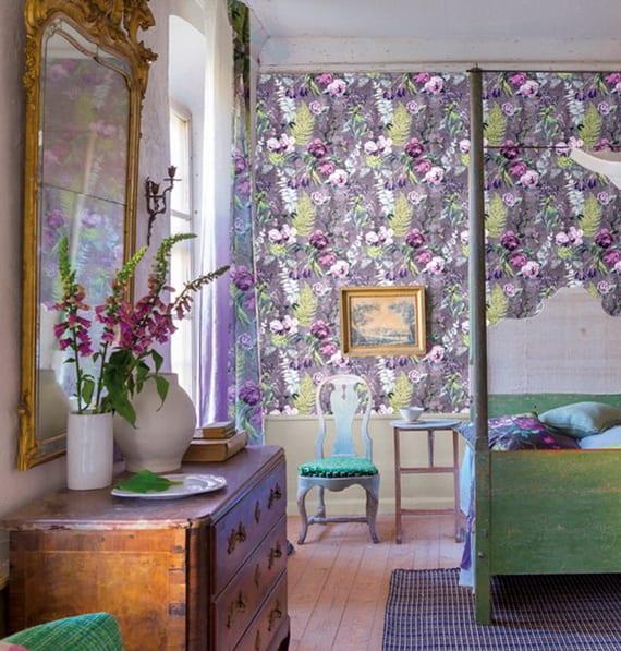 schlafzimmer idee für rustikale und bunte gestaltung mit antiken holzmöbeln, wandspiegel und gemusterter tapete