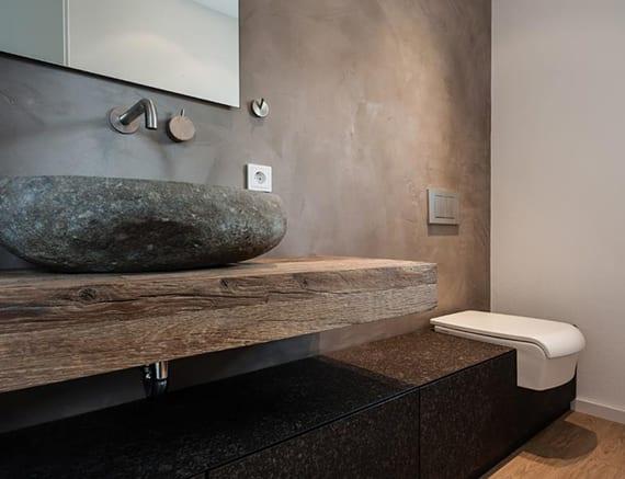 tolle badideen für moderne gestaltung kleiner badezimmer mit waschtisch aus massivholz, waschbecken aus stein, wandgestaltung in braun, einbautoilette