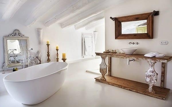 Coole badezimmergestaltung im rustikalen stil mit moderner badewanne antikem waschtisch holz - Waschtisch holz modern ...