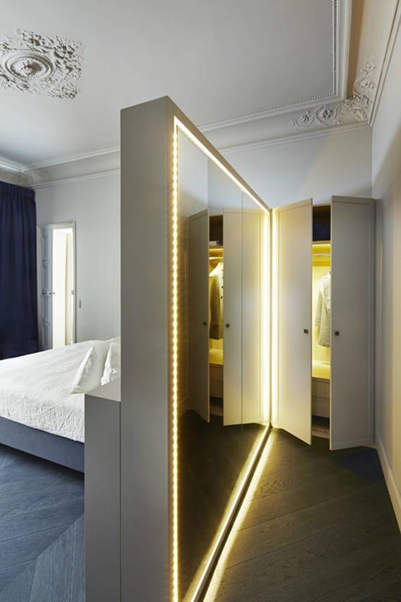 idee für ankleideraum im kleinen schlafzimmer mit spiegel-trennwand hinterm bett, parkett, blauen gardinen, dekorative deckenleisten im klassischen stil