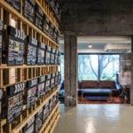 moderne raumgestaltung mit beton und trennwand aus holzlatten und originelle wanddeko idee mit filmklappen