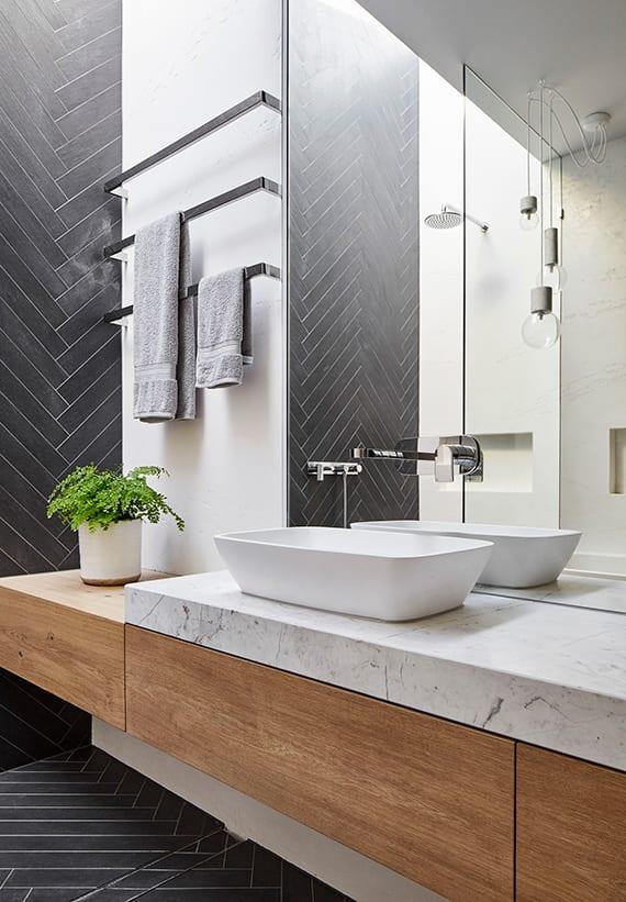 luxus badezimmer interieur mit großem wandspiegel, waschtisch-wandbaterie,pendellampen,wand-handtuchhalter chrom,indirekte deckenbeleuchtung