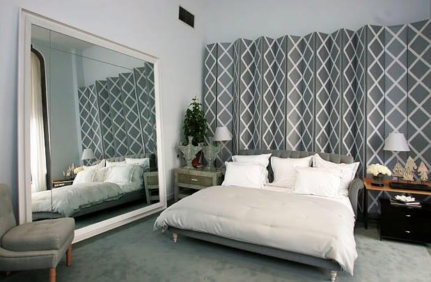 schlafzimmer idee für moderne schlafzimmergestaltung in weiß und grau mit großem standspiegel in weißem holzrahmen, coole wandgestaltung mit schirmwand grau, polsterbett grau, teppich grau