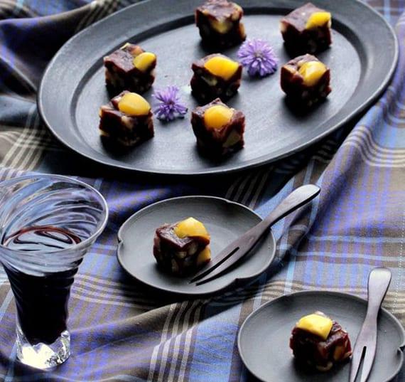 gelatine wagashi dessert aus gedämpften adzuki-bohnen mit pinienkernen, maronen, walnüssen, saisam und feigen