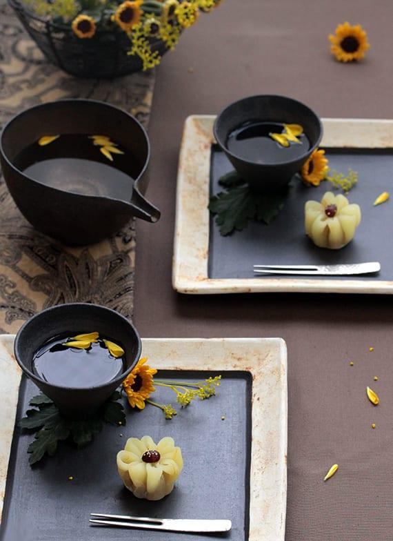 reiskuchen mit zimt und margerite_japanisches dessert kreativ arrangieren im rechteckigen teller mit mit blumen und teetasse