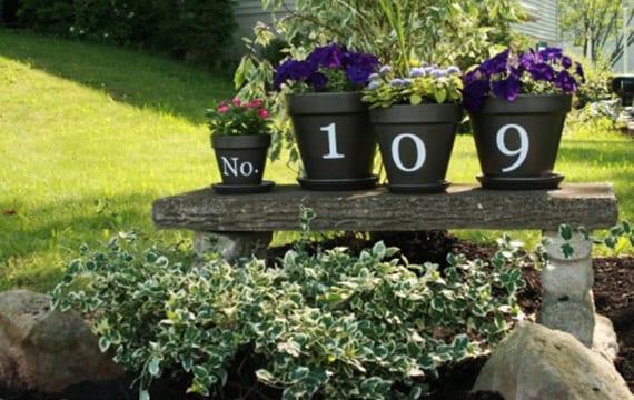 tolle gartendekoration mit Blumentopf-hausnummer und diy gartenbank aus steinen