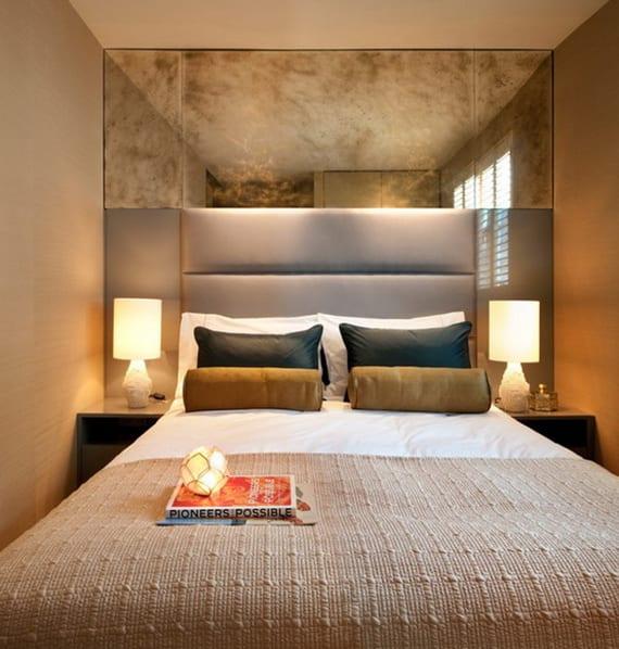 schmales und kleines schlafzimmer größer wirken lassen mit wandfarbe cappuccino und wandspiegel über polsterbettkopfteil grau, nachttische in grau glanz mit weißen tischlampen