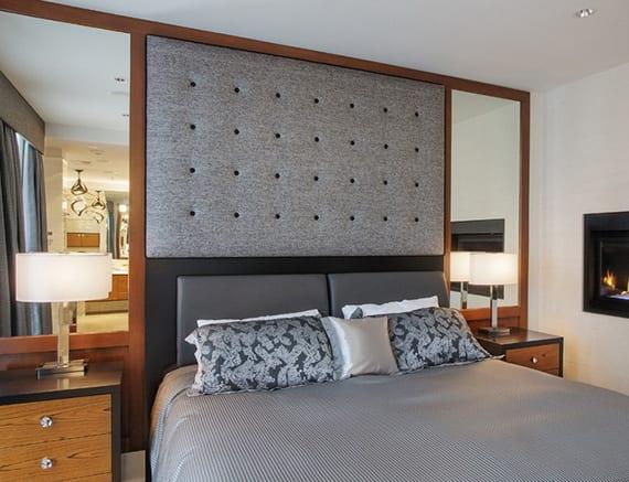 moderne schlafzimmer gestaltung in holz und grau mit bett schwarz, holznachttischen und wandspiegeln mit holzrahmen
