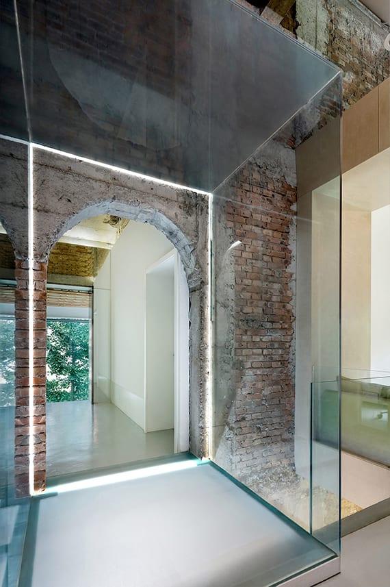 coole renovierungsideen für altbau mit brücke aus glas und gewölbtem durchgang im ziegelmauer