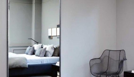 Schicke schlafzimmer gestaltung mit wandfarbe grau und schiebbarer spiegelt r freshouse - Wandfarbe grau schlafzimmer ...