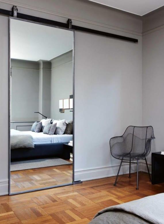 schlafzimmer grau mit parkettboden und rahmenlose Spiegeltür