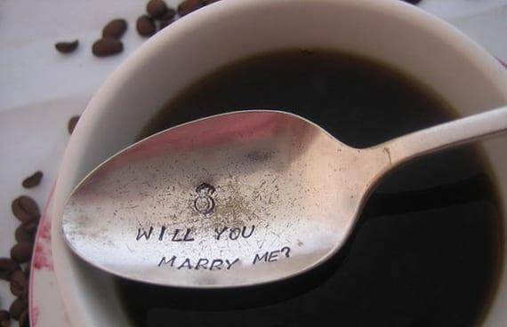coole ideen zur perfekten verlobung mit einem graviertem kaffeelöffel