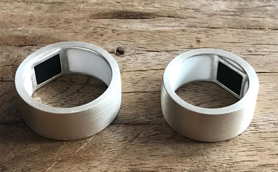 innovativer Ring im gebürstetem Silber mit Fingerabdruckkontrolle