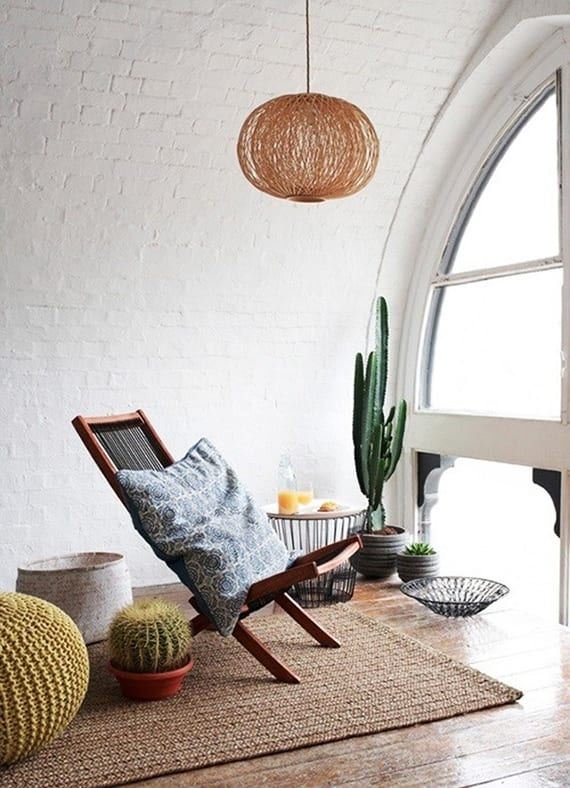 Entspannungsraum Einrichten Am Dachgeschoß Mit Weißen  Ziegelwänden,gewölbtem Fenster, Holzbodenbelag, Klappstuhl Holz,