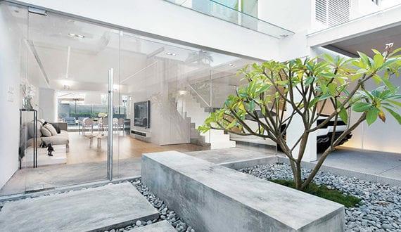 attraktives haus mit minimalistischem design zen garten und verglaster garage neben luxus. Black Bedroom Furniture Sets. Home Design Ideas