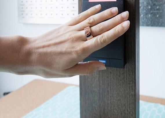 zugang zum arbeitsplatz mit biometrischem ring-token