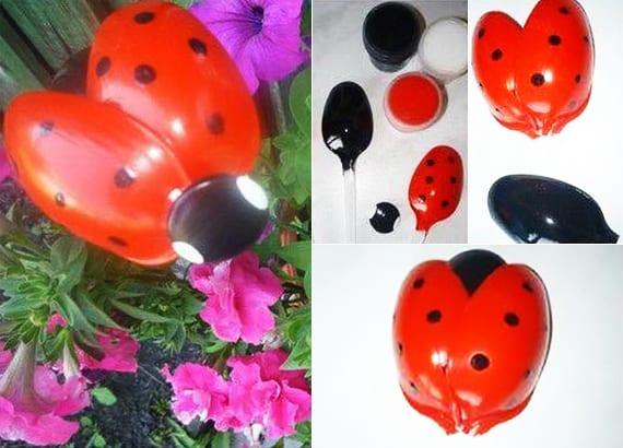Marienkäfer basteln mit roten und schwarzen plastiklöffeln als kreative dekoidee für blumentöpfe und garten