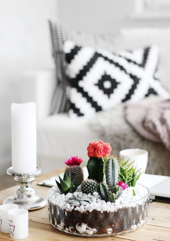 kaffeetisch holz kreativ dekorieren mit weißen teelichtern, kerzenhalter silber und mini kakteengarten