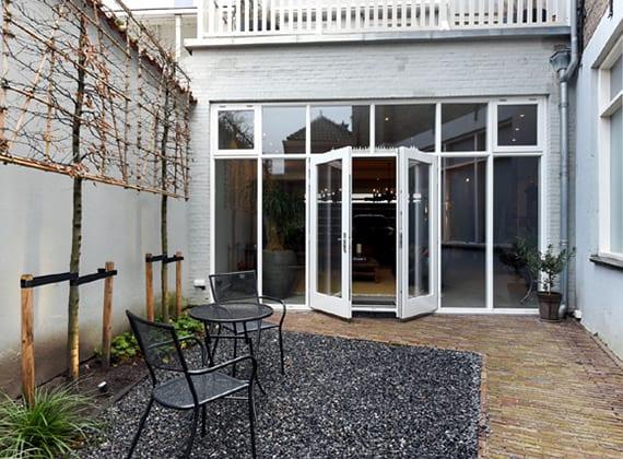 luxus garage-wohnzimmer mit verglasung zum kleinen hofgarten