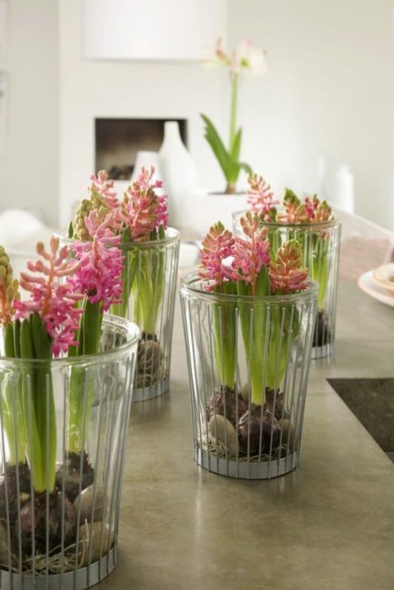 coole ideen für blumendeko im frühling mit hyazinthen in gläsern mit kieseselsteinen