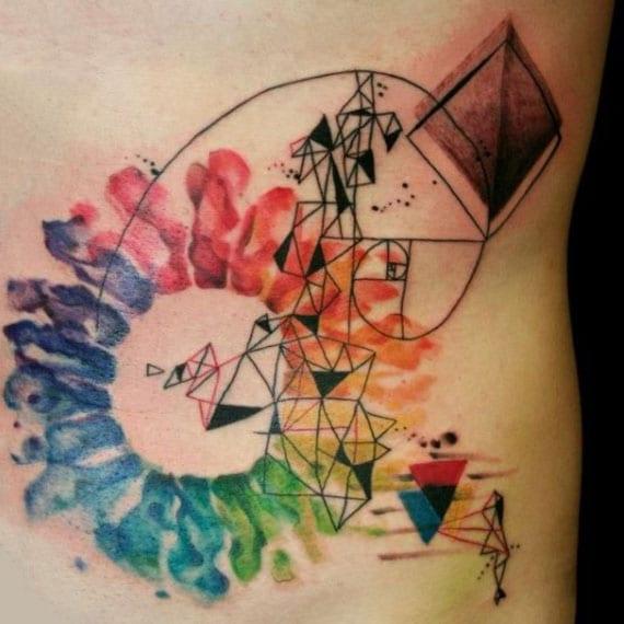 farbige tätowierungen mit geometrischen motiven für jeden geschmack