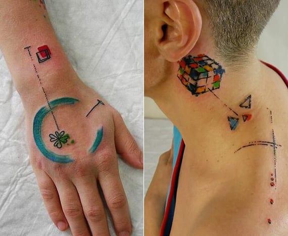 coole farbige tattoo ideen mit geometrieformen_ kreis und klee hand tattoo_hinter ohr Zauberwürfel Tattoo