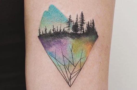 originelle farbige dreieck tattoo als idee für kleine tätowierungen am arm