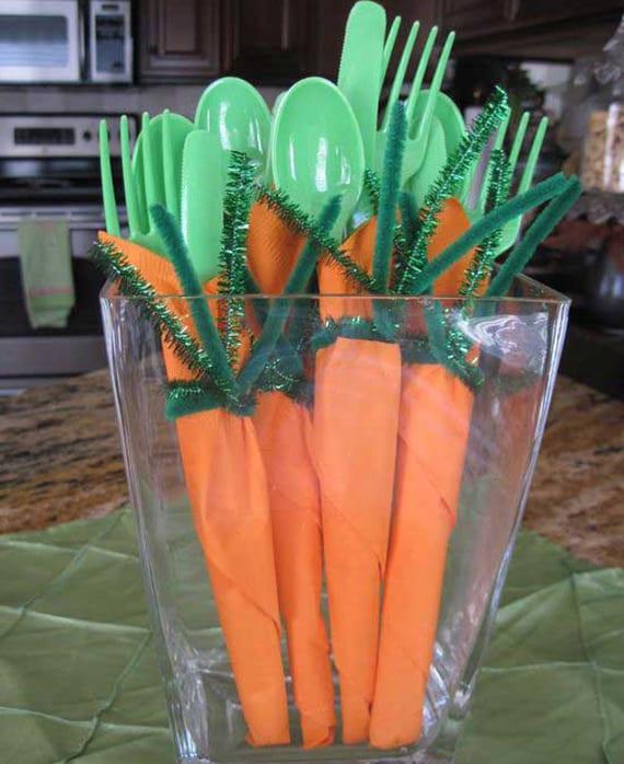 grünes plastikbesteck und orangen servietten falten wie karotten