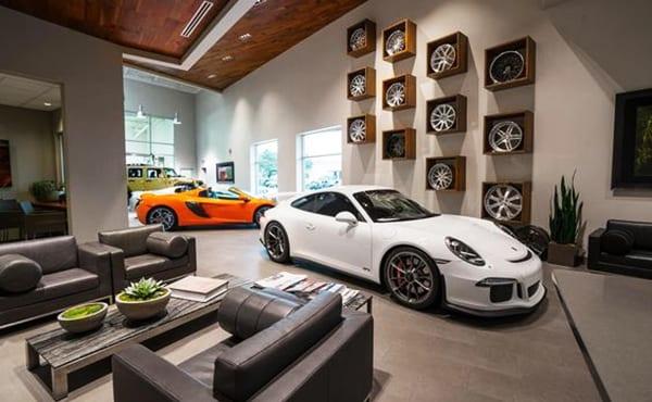 attraktive wohnzimmer ideen mit luxus autos und moderne wohnzimmereinrichtung, coole wandgestaltung mit autofelgen, sitzecke mit ledersesseln und rustikalen holzcouchtisch aus paletten
