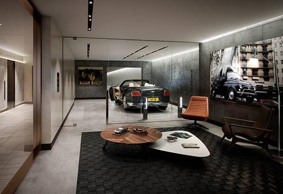 coole wohnzimmer idee für modernes interieur design mit betonwänden, lederstühlen und holzcouchtischen auf schwarzem teppich, indirekte deckenbeleuchtung, wandverkleidung mit spigelglas, moderne garage mit bentley und trennwand aus glas