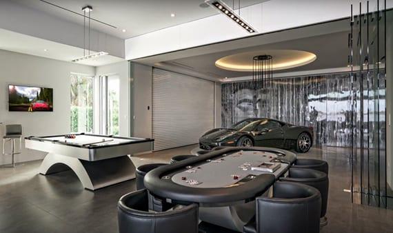 coole garage lösung für spielraum einrichtung mit billard, pokertisch, sportwagen unter indirekter deckenbeleuchtung rund und glasfalttür