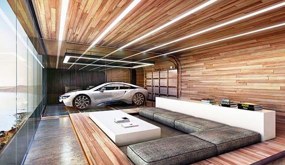 modernes wohnzimmer mit holzwand- und deckenverkleidung, lounge mit polsterkissen grau, couchtisch und sideboard weiß, einbaudeckenleuchten, garage mit vitrine