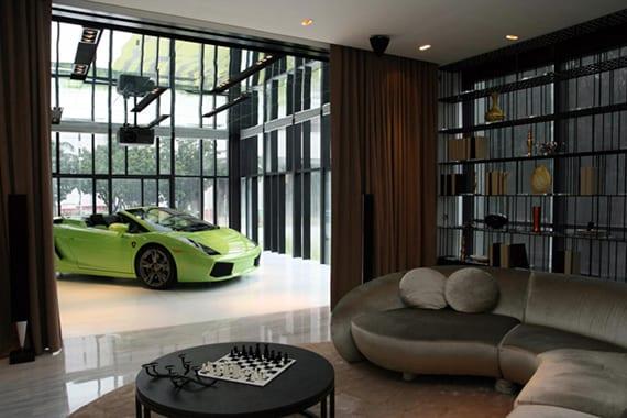 kreative garage lösungen für sportwagen in wohnzimmer mit rundem sofa grau, couchtisch rund, metallbücherregal und vorhänge zur garage