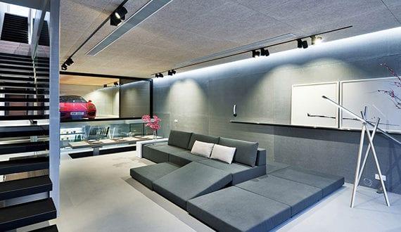 moderne-garage-mit-glaswänden-im-luxus-wohnzimmer-mit-offener-Küche ...