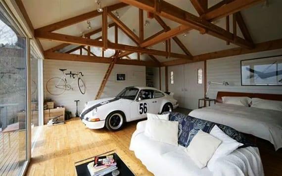 originelle garage lösung für schlafzimmer mit holzboden, panoramablick und platz für sportwagen