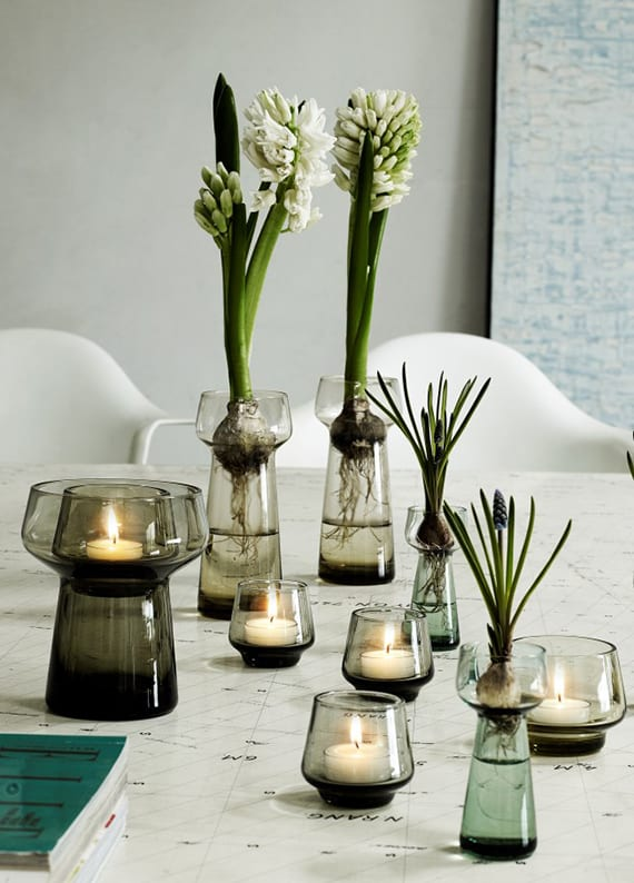 tisch modern und originell dekorieren mit teelichtern,weißen Hyazinthen und blauen traubenhyazinthen in schwarzen glasvasen und gläsern