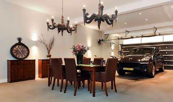sportwagen im wohnesszimmer mit estrichboden parken neben holzesstisch mit lederstühlen braun,antiken sideboards holz und attraktive raumbeleuchtung mit wandleuchten und gotik-kronleuchter