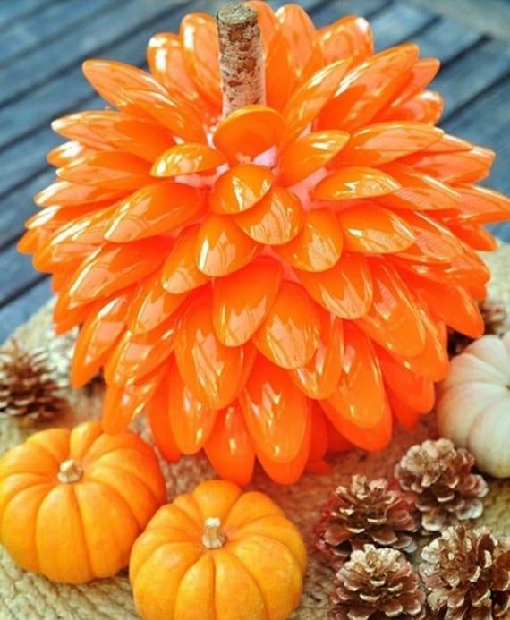 tolle tischdeko idee für den herbst mit kleinen kürbissen, zapfen und diy kürbis aus orangen plastiklöffeln