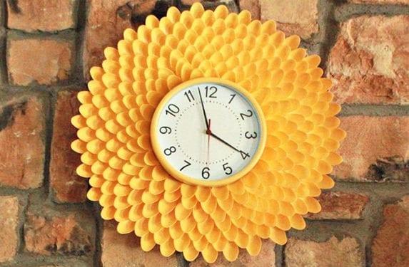originelle bastelidee für selbstgemachte wanddeko mit DIY wanduhr rund aus gelben löffeln